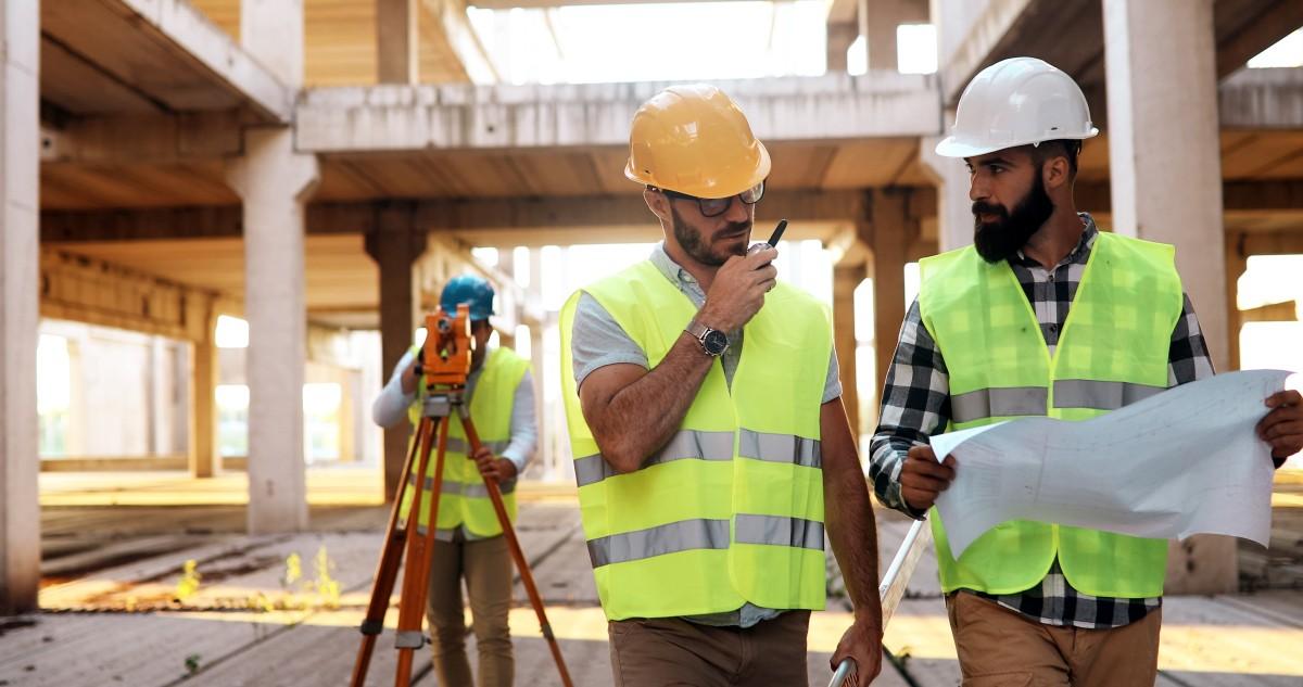 inżynier i architekt na budowie
